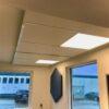 DecoDemp Ceiling unit med led belysning støjdæmpning med 30 mm absorbent loft monteret. Decodemp softQ væg monteret.